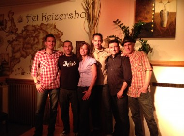 The Nickel Slots posing with the owners of Het Keizershof